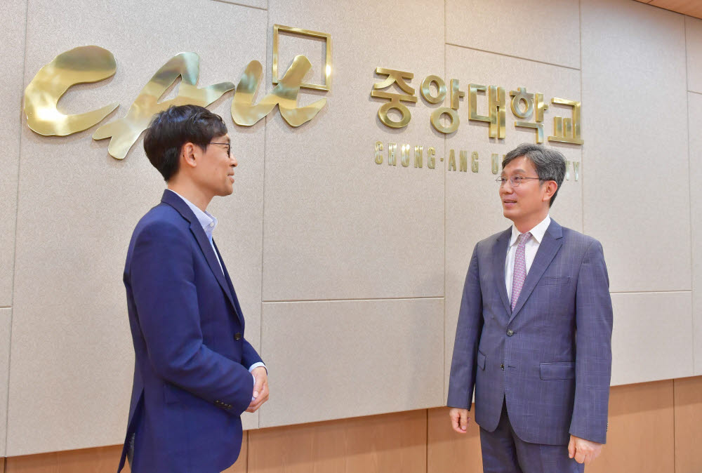 (왼쪽부터)이호준 전자신문 정치정책부장과 김원용 한국기술지주회사협회장
