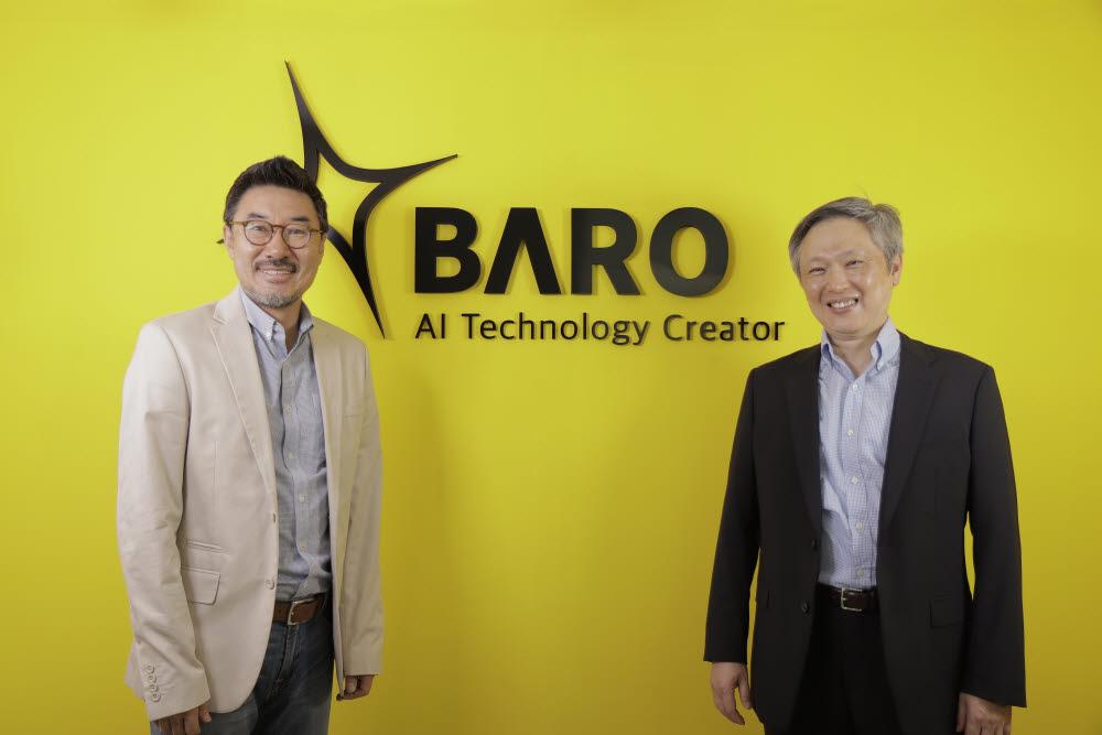 이용덕 바로AI 대표(왼쪽)와 최승진 최고기술책임자(CTO)가 회사 로고 앞에서 기념촬영했다. 바로AI 제공