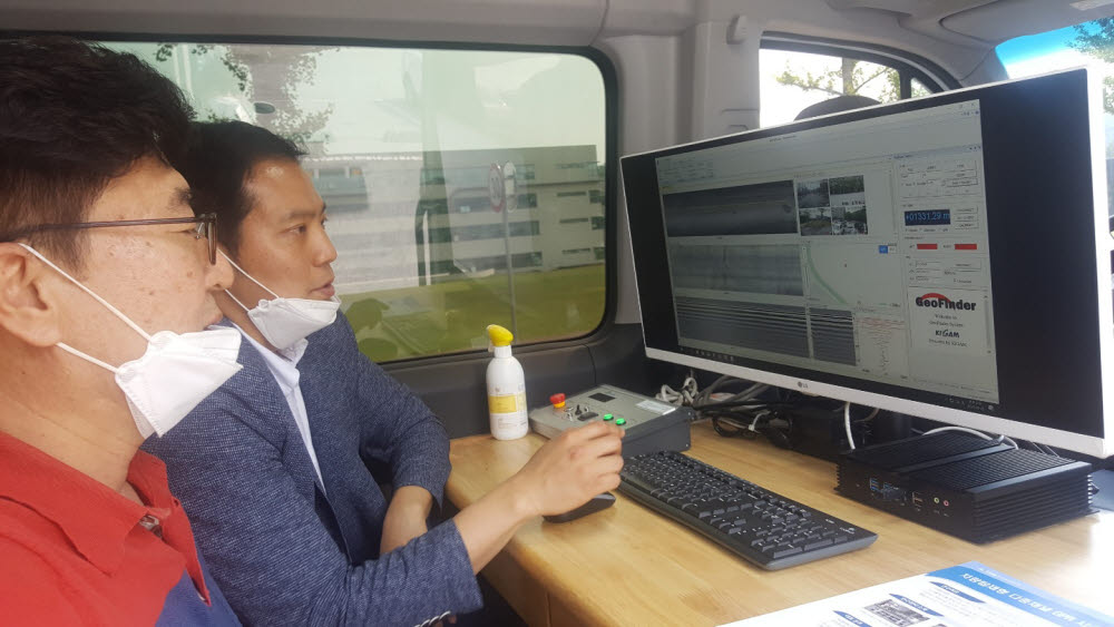김창렬 책임연구원과 강웅 선임연구원이 차량탑재형 다중채널 GPR시스템을 통해 획득한 지하구조 데이터를 들여다보고 있다.