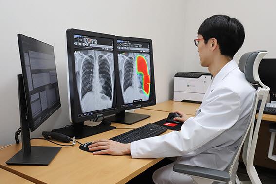 연세대학교 의과대학 용인세브란스병원 영상의학과 의료진이 루닛 인사이트 CXR을 통해 기흉 소견을 확인하고 있다. (사진=용인세브란스병원)