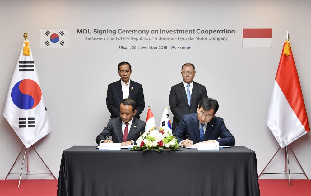 작년 11월 조코 위도도 인도네시아 대통령과 정의선 현대자동차그룹 수석부회장이 지켜보는 가운데, 바흐릴 라하달리아 인도네시아 투자조정청장과 이원희 현대차 사장이 현대차 인도네시아 공장 설립을 위한 투자협약서에 서명하고 있는 모습.