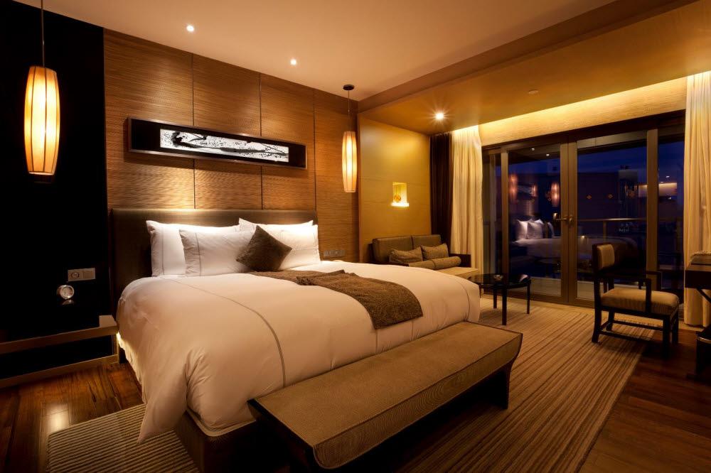 천장에 오스람 LED MR16을 적용한 호텔룸