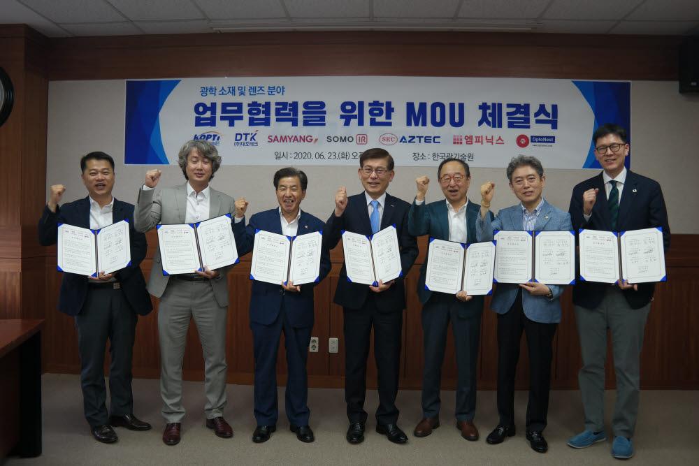 신용진 한국광기술원장(가운데)이 23일 옵토네스트 등 6개 기업과 광학산업 글로벌 경쟁력 확보와 미래시장 선점을 위한 업무협약을 체결하고 있다.