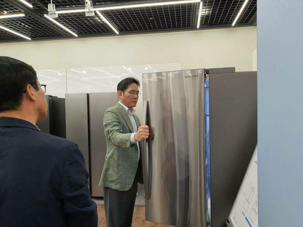이재용 부회장이 냉장고를 살펴보고 있다.