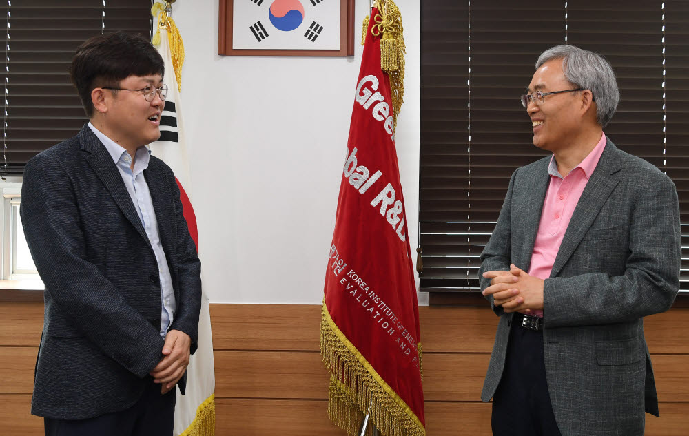 임춘택 한국에너지기술평가원장(오른쪽)과 양종석 전자신문 산업에너지부장(왼쪽).