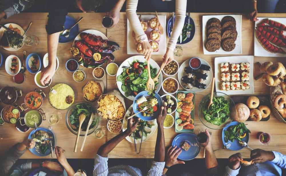 음식을 먹을 때 기분이 좋아지는 것은 진화적 이유가 있다. 출처: shutterstock