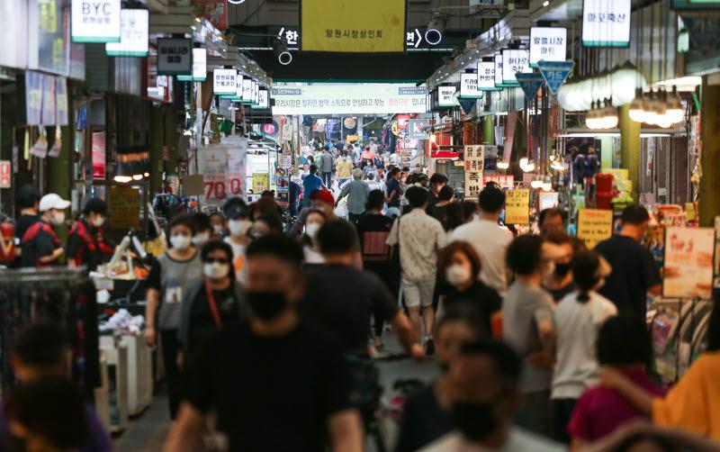 시민들로 붐비는 전통시장