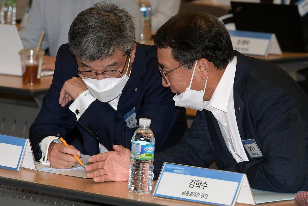 허인 KB국민은행장(왼쪽)과 김학수 금융결제원장이 대화하고 있다.