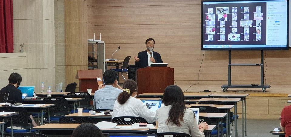 안종배 국제미래학회 회장이 고려직업전문학교 교수진을 대상으로 언택트 스마트 원격 화상교육을 전하고 있다.