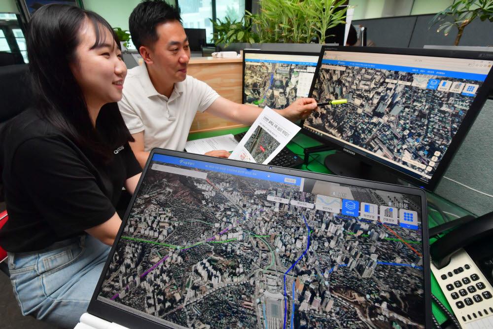 서울시는 에스맵을 구축해 1일부터 서비스를 시작한다. 디지털 트윈 전략의 일환으로 3D공간에 가상 서울을 구현, 행정환경정보를 결합한 것으로 서울전역 지형과 60만동의 건물을 생생하게 표현했다. 30일 서울시청에서 공간정보기획팀원이 에스맵을 테스트하고 있다. 박지호기자 jihopress@etnews.com