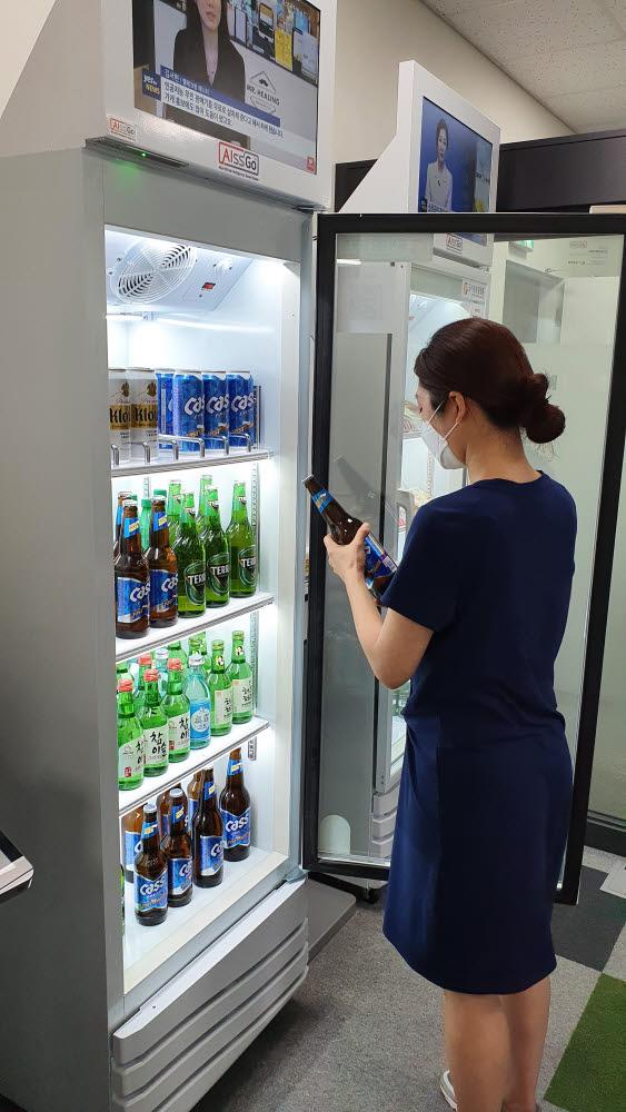 한 고객이 아이스고 주류판매기를 이용해 맥주를 구입하고 있다.