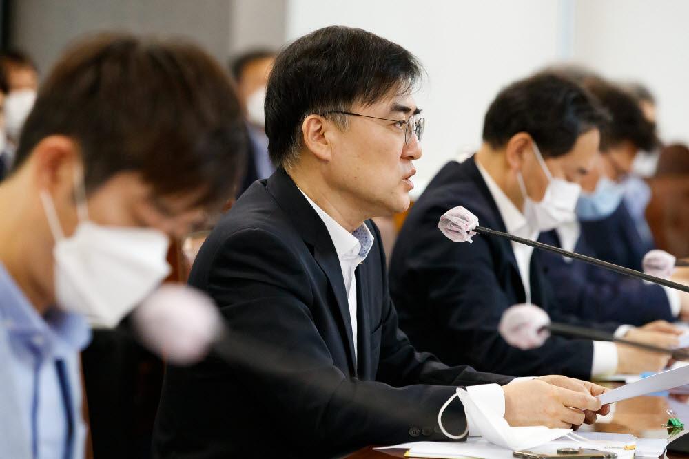 손병두 금융위 부위원장이 30일 서울 중구 은행연합회에서 금융리스크 대응반 회의를 주재, 모두발언을 하고 있다.