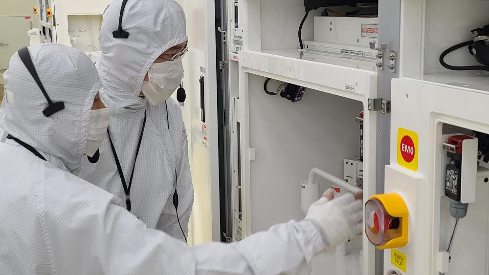 이재용 삼성전자 부회장(오른쪽)이 30일 세메스 천안사업장을 찾아 반도체 및 디스플레이 제조장비 생산 공장을 살펴보고 있다.