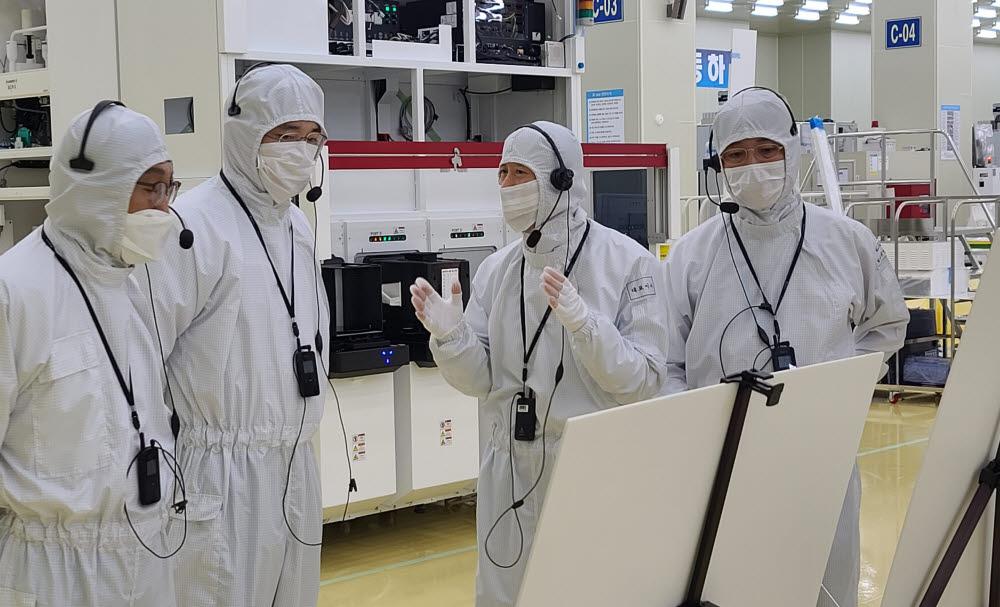 이재용 삼성전자 부회장(왼쪽 두번째)이 30일 세메스 천안사업장을 찾아 반도체 및 디스플레이 제조장비 생산 공장을 살펴보고 있다.