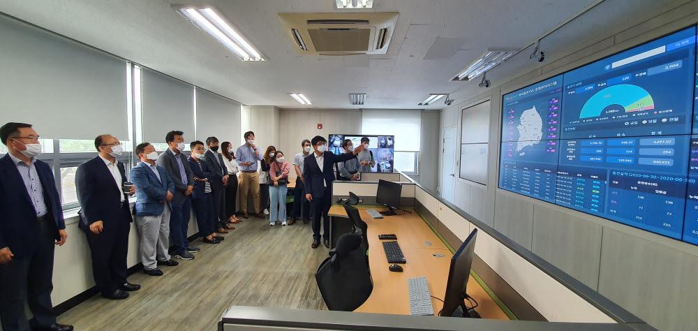 한국전기차충전서비스는 30일 제주 본사에서 신규 충전서비스플랫폼 론칭 기념행사를 개최했다. 이날 행사 참석자들이 신규 플랫폼 설명을 듣고 있다.