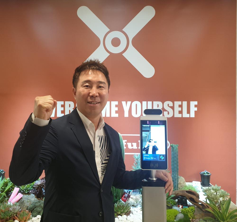 박인철 파워풀엑스 대표가 서울 논현동 파워풀엑스빌딩에서 코비체크를 시연하며 코로나19 방역 성공을 기원했다.