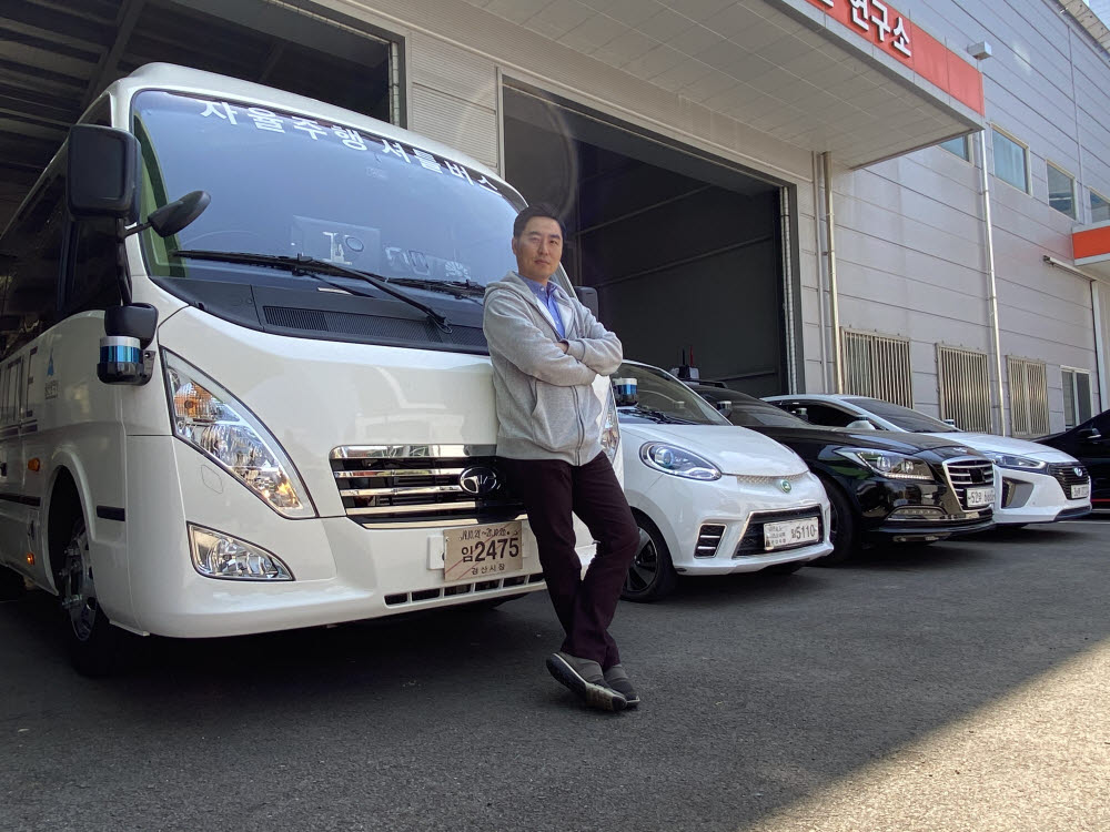 한지형 오토노머스에이투지 대표가 회사 자율주행셔틀버스 앞에섰다.