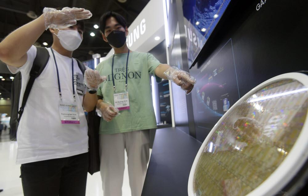 나노코리아 2020이 오는 3일까지 사흘 일정으로 경기도 고양시 킨텍스에서 열린다. 참관객들이 삼성전자의 3나노 GAA공정을 적용한 반도체 웨이퍼를 살펴보고 있다.