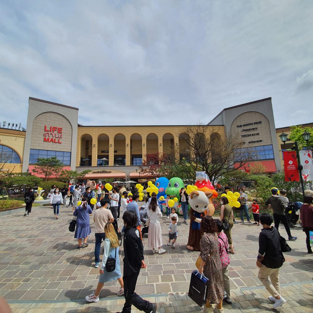 롯데아울렛 기흥점이 휴일을 맞아 교외로 나온 고객들로 붐비고 있다.