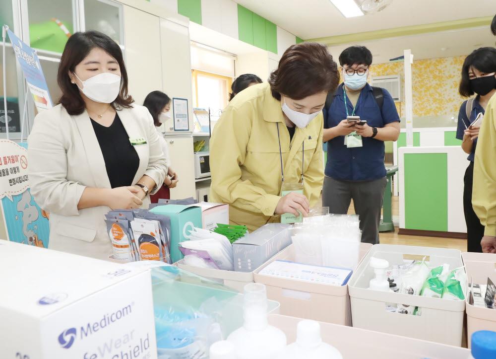 지난 달 유은혜 부총리가 대전의 한 초등학교를 방문해 방역물품을 살피는 모습. 사진=교육부