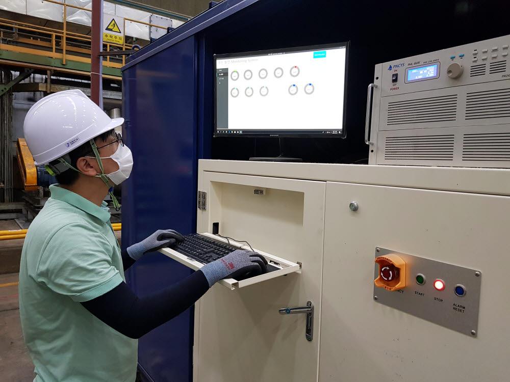 연구원이 열전발전 설비의 발전량을 확인하고 있다