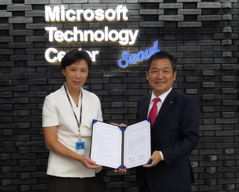 이지은(왼쪽) 한국MS 대표와 문용식 NIA 원장이 사회적 가치 실현을 위한 AI 협력을 맺은 뒤 기념촬영했다. 한국MS 제공