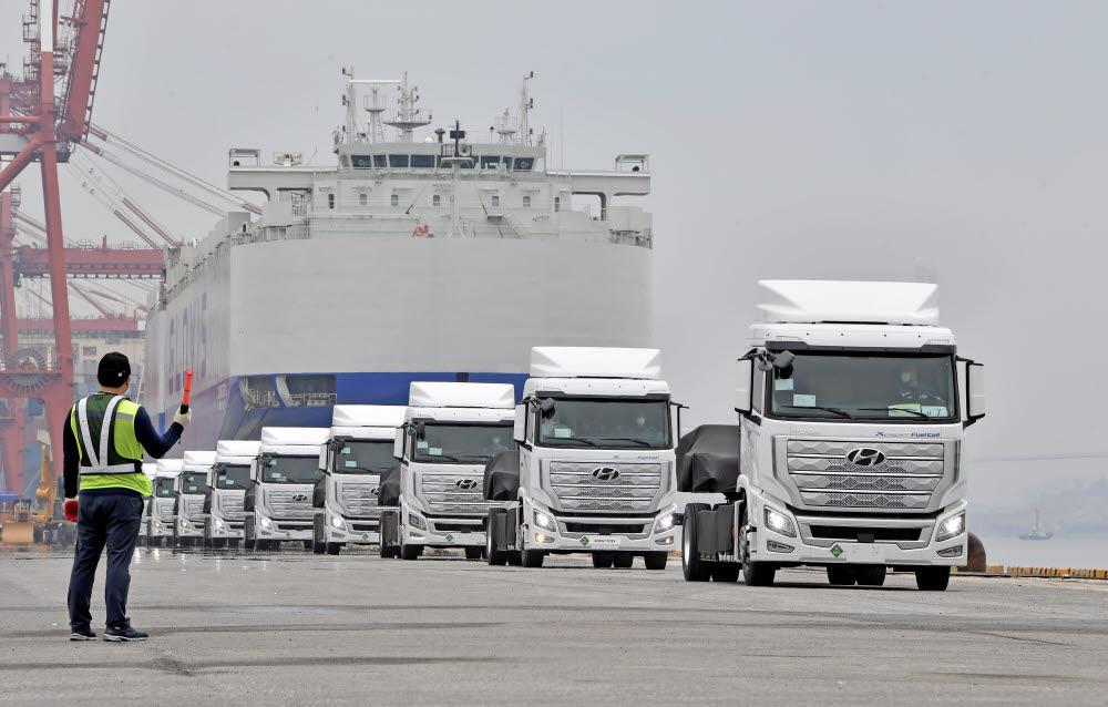 전남 광양항에서 세계 최초로 양산한 엑시언트 수소전기트럭 (XCIENT Fuel Cell) 10대를 스위스로 수출하기 위해 글로비스 슈페리어호에 선적하는 모습.