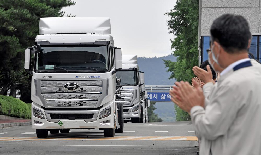 현대차 엑시언트 수소전기트럭 첫 수출 축하 모습.