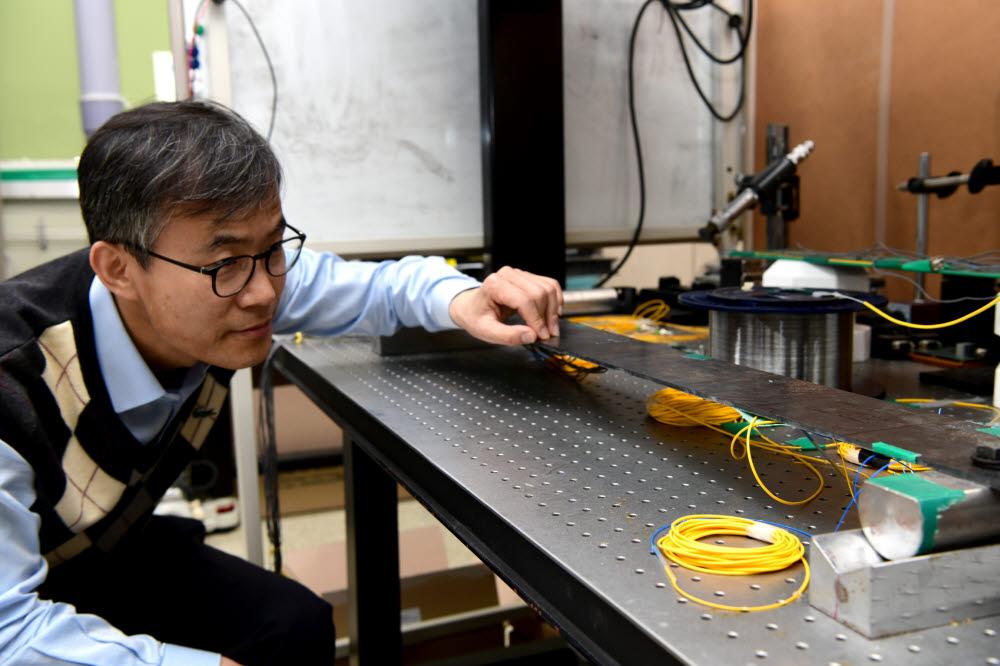 권일범 표준연 안전측정연구소 책임연구원이 교량 구조물 하중을 측정하는 모습.
