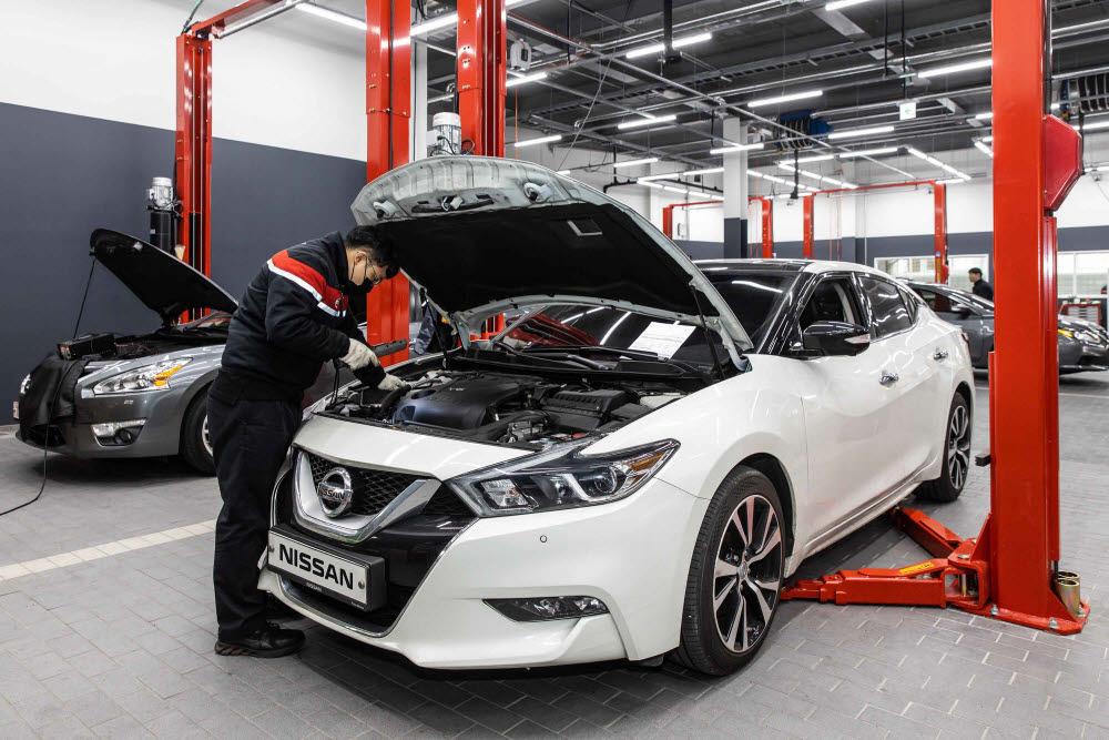 한국닛산 서비스센터 직원이 차량을 점검하고 있다.
