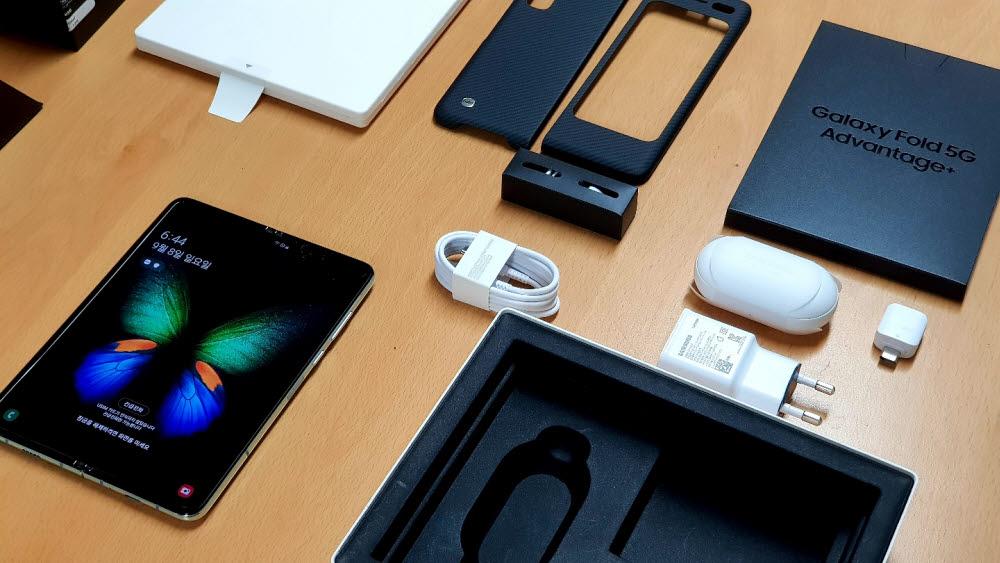앞으로 스마트폰을 구매해도 충전기는 볼 수 없게 되는 걸까. 사진은 갤럭시폴드 구성품들.<자료: 전자신문DB>
