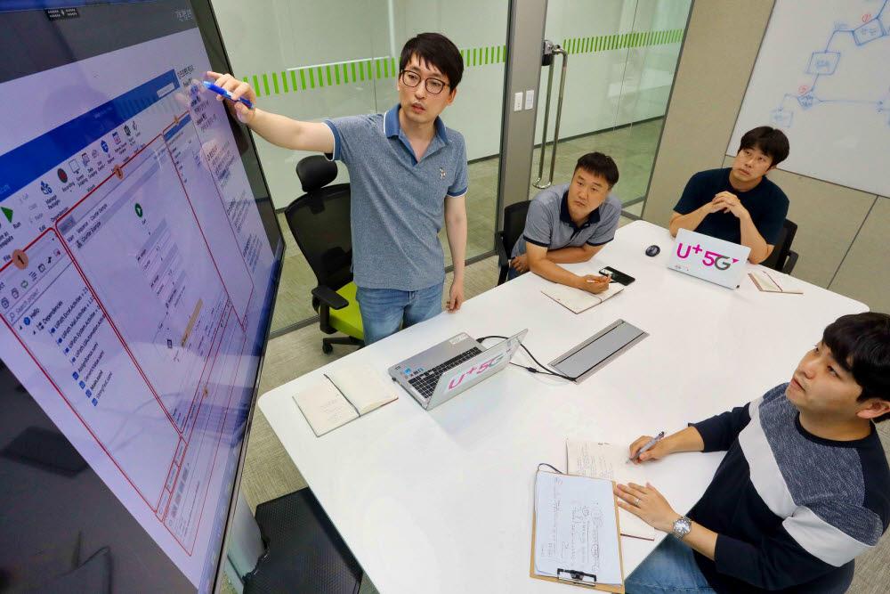 LG유플러스 NW부문 직원들이 RPA 솔루션을 주제로 토론하고 있는 모습.