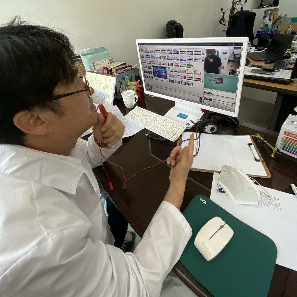 박인술 쓰리알코리아 대표(약사)가 원격으로 화상투약기를 통한 의약품 판매 상담을 하고 있다.