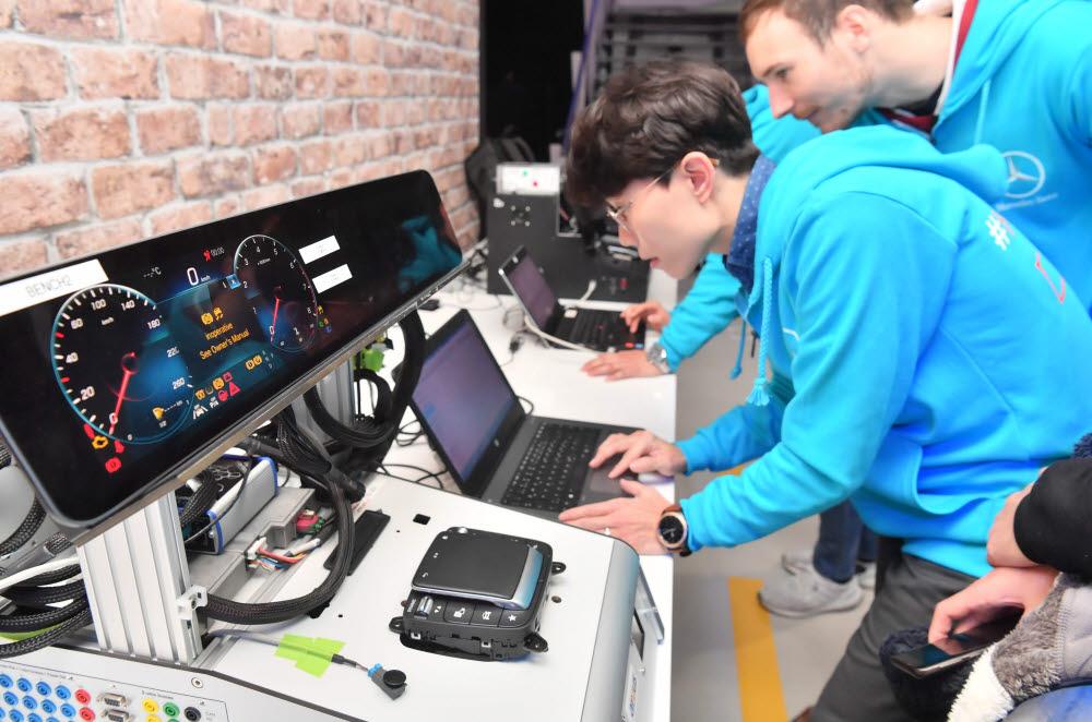 지난해 중소벤처기업부와 메르세데스-벤츠가 공동으로 개최한 커넥티드카 해커톤의 현장 모습.