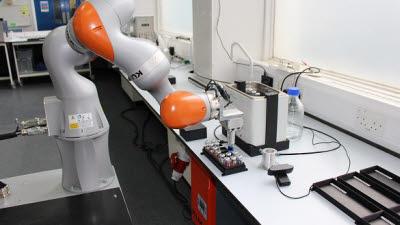 스스로 과학 실험 진행하는 로봇