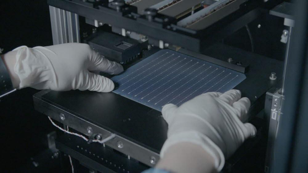 경북 구미 소재 LG전자 태양광 생산라인에서 태양광 모듈을 구성하는 셀을 생산하는 모습