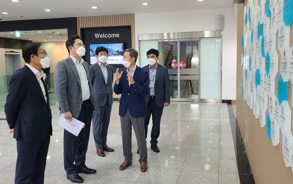 이재용 삼성전자 부회장이 지난달 30일 세메스 천안사업장을 찾아 반도체와 디스플레이 장비사업을 점검했다.