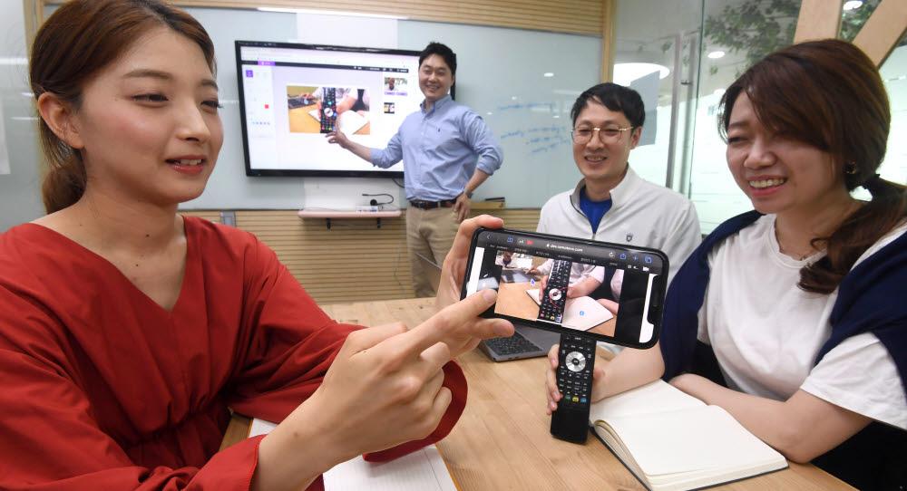 비대면·디지털 뉴딜정책이 소프트웨어(SW)업계 성장세에 힘을 실어 주고 있다. 13일 서울 송파구 알서포트에서 개발자들이 오픈베타 출시를 준비하고 있는 원격 영상상담 리모트VS 솔루션 개발회의를 하고 있다.<br />이동근기자 foto@etnews.com