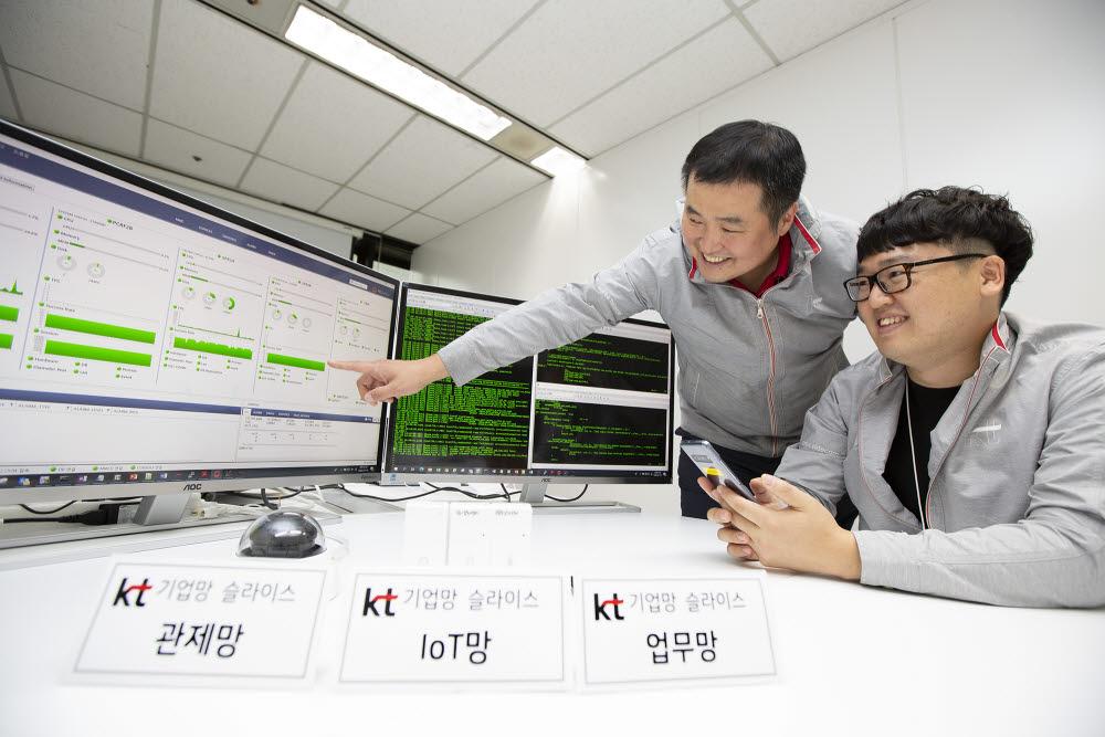 KT 연구원들이 5G 기업 망 슬라이스 기술이 적용된 단말을 테스트하고 있다.