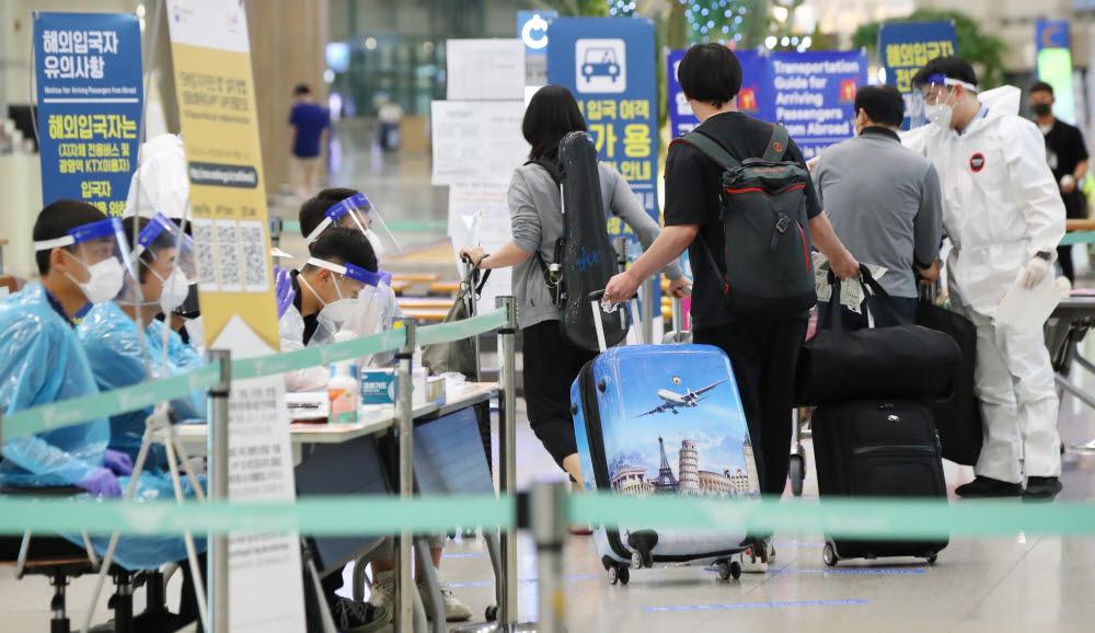 해외유입 코로나19 확진자 수가 급증하고 있다. 사진은 13일 인천국제공항 1터미널 입국장의 모습. 연합뉴스
