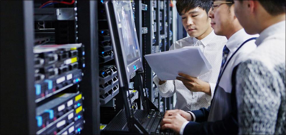 IDC에서 하이블리드 클라우드 엔지니어들이 시스템을 점검하고 있다.