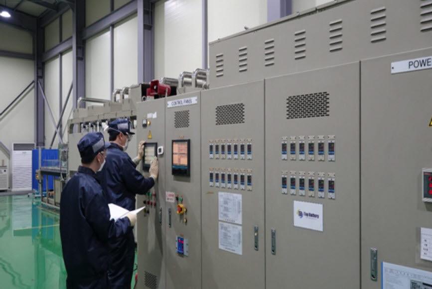 탑전지 연구원들이 연속 소성로에서 코발트 프리 양극재를 시생산하고 있다.
