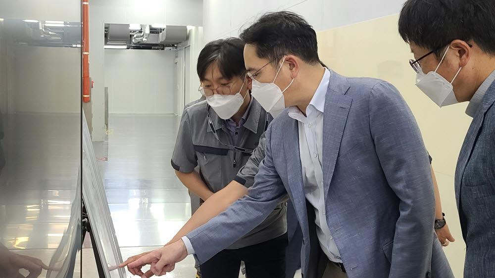 이재용 삼성전자 부회장이 16일 삼성전기 전장용 MLCC 전용 생산 공장을 찾아 설명을 듣고 있다.