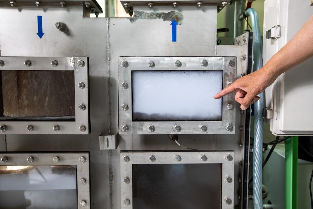 마이크로버블시스템에서 생성된 하얀색의 마이크로버블 모습