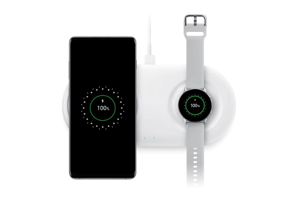 스마트폰과 스마트워치를 무선으로 충전하는 모습(자료: 삼성전자)