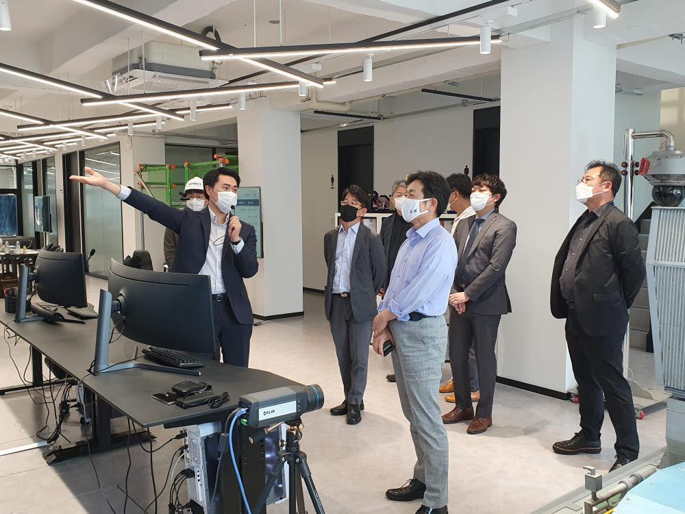 장석영 과학기술정보통신부 제2차관(앞쪽)이 버넥트를 방문해 실시간 원격 협업을 지원하는 버넥트 리모트(VIRNECT Remote) 시연회를 지켜보고 있다.