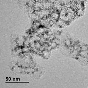 이리듐-루테늄 합금 촉매를 투과전자현미경으로 확대한 사진.