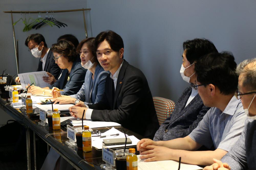 부산 ICT업계 간담회에서 기업 대표들의 요청에 답하고 있는 박성훈 부산시 경제부시장.