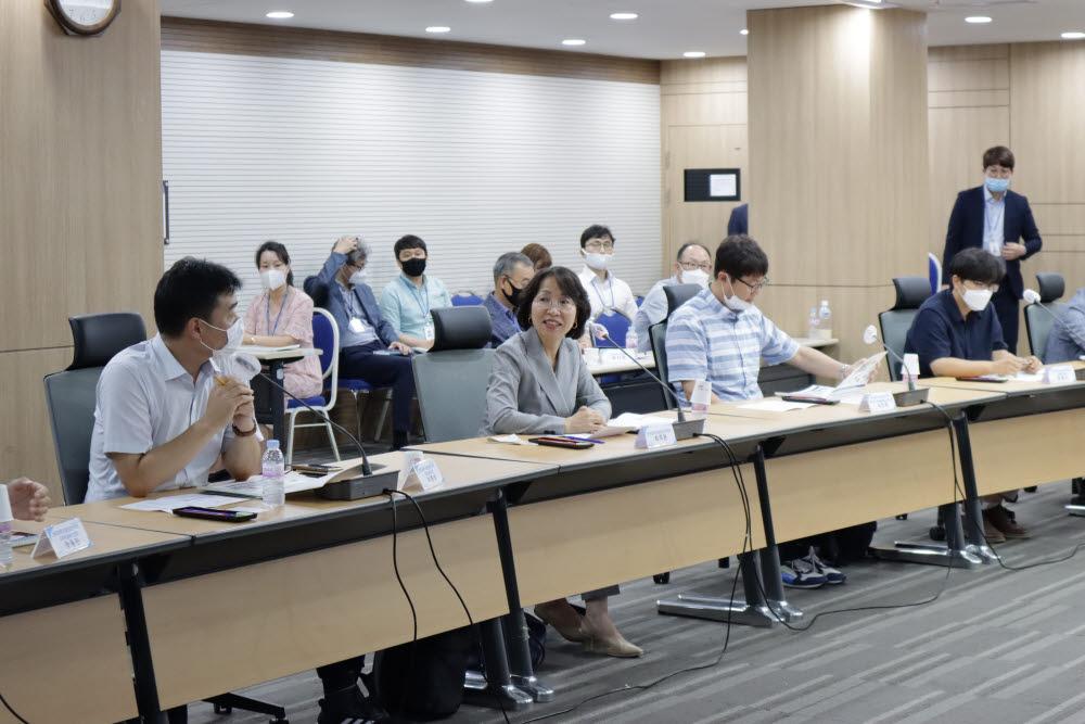 21일 열린 KISTI-인천시 도시문제해결 솔루션 활용성과 보고회 모습. 사진 중앙이 최희윤 KISTI 원장.