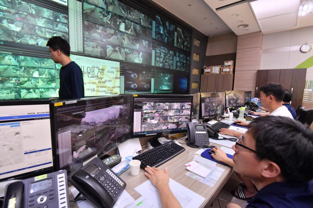 서울 관악구청 U-관악 통합관제센터에서 관제사들이 관내에 설치된 CCTV 영상을 모니터링하며 범죄발생을 대비하고 있다. 사진은 본 기사와 직접 관련이 없습니다. 박지호기자 jihopress@etnews.com